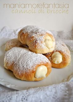 brioche cannoli with ricotta cheese Italian Pastries, Italian Desserts, Italian Dishes, Just Desserts, Delicious Desserts, Dessert Recipes, Yummy Food, Breakfast Desayunos, Sicilian Recipes