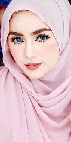 Photography: Modern Muslim woman in Hijab with beautiful eyes and eyelashes Beautiful Hijab Girl, Beautiful Muslim Women, Beautiful Girl Photo, Beautiful Girl Indian, Gorgeous Eyes, Pretty Eyes, Hijabi Girl, Girl Hijab, Hijab Dp
