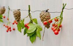 Dekoideen für eine herbstliche DIY Tischdeko auf dem Balkon mit Zweigen und Tannenzapfen