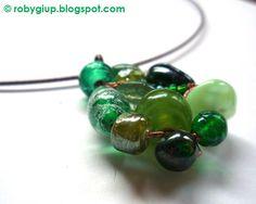 RobyGiup Handmade: girocollo semi-rigido con pendente in pietre di vetro in varie sfumature del verde - Semi-rigid necklace with pendant in various shades of green