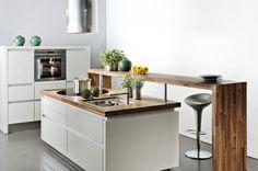 cuisine blanche et bois avec plan bar.i can dig it Kitchen Pantry, New Kitchen, Kitchen Dining, Kitchen Decor, Kitchen Ideas, Küchen Design, House Design, Interior Design, Tiny Loft