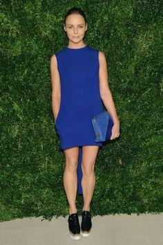 Stella McCartney ist sich selbst noch immer ihr bestes Testimonial: Hier zeigt sie ihre Tracy-Anderson-trainierten Beine im blauen Minikleid mit Plateau-Brogues.  Alle Looks, die wir gut finden: http://www.welt.de/icon/article124496720/Stella-McCartney-in-Stella-McCartney.html