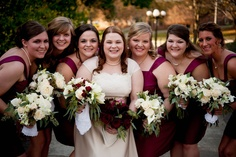 Bridesmaids : maroon dresses, ivory and maroon bouquets
