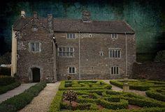 A sede da fazenda de Llancaiach, construída em 1550, foi cena de dezenas de mortes durante sua história. Existem fantasmas em quase todos os cômodos e aromas como violetas e lavanda surgem inexplicavelmente dentro da casa.  Read more: http://molhoingles.com/os-10-lugares-mais-assombrados-da-inglaterra/#ixzz37rPq6b8I