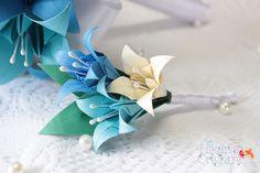 Boutonnière II - Flor de lapela com lírios de origami, para noivos e padrinhos - Hikari's Origami  Saiba mais em: http://hikarisorigami.wix.com/hikarisorigami
