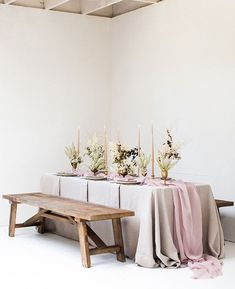 La Tavola Fine Linen Rental: Tuscany Natural with Aurora Mauve Table Runner with Tuscany Natural Napkins | Photography: Lynn Bagley, Florals: Kimberly Rose Floral Design & Styling, Rentals: Theoni Collection