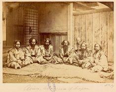 Groupe de six hommes aïnous en compagnie d'un dignitaire japonais,           Hakodate