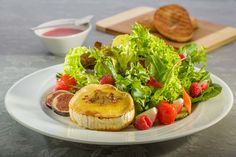 Knackige Blattsalate in Himbeervinaigrette mit Ziegenkäse und Feigensenf gratiniert