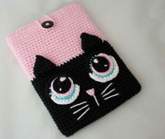 Crochet Phone Cases kitty crochet phone cover - And to make you avail with the funky patterns and designs we dug the web and brought out these 35 unique and adorable crochet mobile phone covers. I pad, Samsu Gato Crochet, Crochet Case, Crochet Purses, Love Crochet, Crochet Gifts, Crochet Toys, Diy Crochet, Crochet Ipad Cover, Purse Patterns