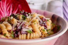 I fusilli con radicchio, crema di gorgonzola e scaglie di Grana Padano sono un primo piatto molto veloce e facile da preparare ma di sicuro effetto. Ecco la ricetta