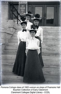 Pomona College class of 1905 women on steps of Pearsons Hall - Edwardian Fashion 1900s Fashion, Edwardian Fashion, Vintage Fashion, Vintage Beauty, Gothic Fashion, Edwardian Dress, Edwardian Era, Historical Costume, Historical Clothing