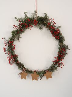 DIY - a recycled Christmas wreath Noel Christmas, Christmas Wreaths, Xmas, Diy Couronne Noel, Pine Dining Table, Diy Calendar, Diy Clock, Idee Diy, Decoration