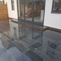 Website here triumphed patio design Patio Slabs, Patio Tiles, Paved Patio, Patio Stone, Slate Garden, Garden Paving, Block Paving Driveway, Slate Paving, Paving Design