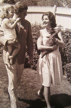 1960. 28 Août. JFK and Jackie with Caroline and cat in Hyannis