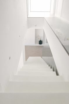 Chiralt Arquitectos I Escalera de microcemento blanco. Glass Handrail, Glass Stairs, Style At Home, Modern Contemporary Homes, Duplex House, Modern Stairs, Minimal Decor, Interior Stairs, House Stairs