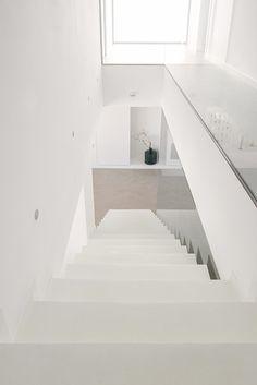 Chiralt Arquitectos I Escalera de microcemento blanco.