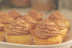 Obyčejné muffiny vám nevoní? Upečte je i tak a ozdobte je nutelovým krémem. Vykouzlete si na víkend nutelové cupcakes.