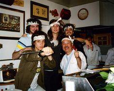 """"""" THE STROKES """" : The Strokes é uma banda de rock dos Estados Unidos formada em Nova Iorque. O baixista Nikolai Fraiture e o vocalista Julian Casablancas (filho do empresário John Casablancas) são amigos desde a infância. O guitarrista Nick Valensi e o baterista brasileiro Fabrizio Moretti começaram a tocar juntos quando ambos estudavam na Escola Dwight em Manhattan. Mais tarde, Casablancas foi mandado para Le Rosey, uma escola na ..."""