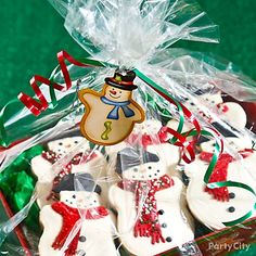 Melt hearts at the cookie exchange party! Bring adorable Snowman cookies in a tray that's wrapped up in clear wrap. Click for the how-to & more Christmas cookie ideas!