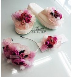 Bedroom Slippers, Boutique Design, Beautiful Bedrooms, Baby Shoes, Decorated Flip Flops, Baby Things, Gifts, Accessories For Girls, Head Bands