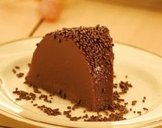 Ingredientes -1 lata de leite condensado -1 lata de creme de leite -1 xícara (chá) de chocolate em pó -¼ xícara (chá) de açúcar -1 co...