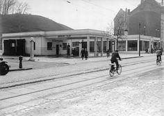 Trondheim i Sør-Trøndelag fylke. Elgeseter gate 21 i 1938: Den tempelaktige bensinstasjonen til Standard Oil med kupler både på søyler og bensinpumper, og med smijernsrekkverk ble bygget ca 1930.
