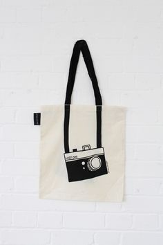 Tote bag with a black & white camera print Sacs Tote Bags, Diy Tote Bag, Canvas Tote Bags, Reusable Tote Bags, Cute Tote Bags, Sac Tods, My Bags, Purses And Bags, Jean Purses