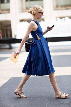 Sartorialistからの大胆な青プリーツドレス。