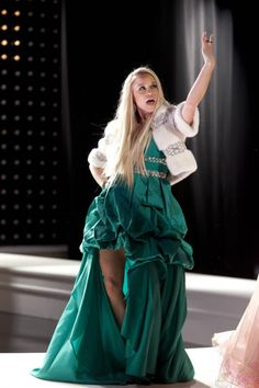 Who's The Biggest 'Diva' on 'Glee'?: Photo Becca Tobin and Heather Morris show off their diva sides in these new stills from tonight's all-new Glee. Kitty Glee, Glee Episodes, Glee Season 4, Look Whos Back, Becca Tobin, Glee Fashion, Heather Morris, Glee Cast, Darren Criss