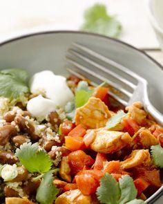 Een lekker Mexicaans stoofpotje van kip met tomaat en bonen. Geserveerd met quinoa valt dit makkelijk gerechtje niet te zwaar.