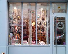 Vitrine de Noel Les Petits Bla-Blas, une boutique d'un genre singulier, un petit paradis rétro où se mélangent et fourmillent, en un joyeux pêle-mêle coloré, mille et un trésors pour les enfants.