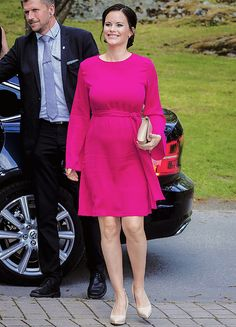 Princess Sofia of Sweden Photos Photos - Princess Sofia of Sweden attends a merit ceremony at Sophiahemmet College on May 2017 in Stockholm, Sweden. - Princess Sofia of Sweden Attends a Merit Ceremony in Stockholm Sweden Fashion, Princess Sofia Of Sweden, Pregnant Princess, Queen Rania, Swedish Royals, Crown Royal, Victoria, Maternity Fashion, Maternity Style