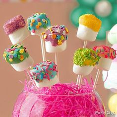 Cute idea for covering styrofoam for cake pops. Also a cute simple colored candy-coating covered marshmallow idea. Snacks Für Party, Party Treats, Holiday Treats, Holiday Recipes, Party Fun, Party Favors, Dessert Sans Lactose, Cake Pops, Marshmallow Pops