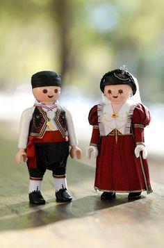 Mινιατούρες που φορούν τα παραδοσιακά ενδύματα του γάμου στη Λευκάδα. Δημιουργία:Πέτρος Καμινιώτης. Καλλιτεχνική Επιμέλεια-λαογραφική ανασκόπηση:Πέτρος Μήτσου(Εθνομουσικολόγος-Χοροδιδάσκαλος) Harajuku, Style, Fashion, Moda, Fashion Styles, Fashion Illustrations, Stylus