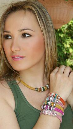Conjunto en color mostaza y perlitas.