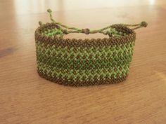 Bracelet tissé main en macramé avec motifs Couleurs : vert / marron Type de fil : polyester ciré ( très résistant ) Type dattache : nœuds coulissants Pièce entièrement faite main