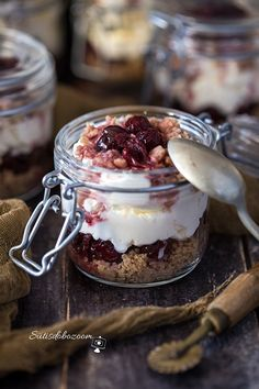 10 perces gesztenyés-meggyes pohárkrém | sutisdobozoom Desserts In A Glass, Sweet Desserts, Dessert Cups, Dessert Recipes, Cake In A Jar, Chia Puding, Winter Food, Cakes And More, Quick Meals