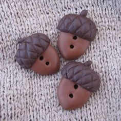 Buttons from clay: DIY; these cute polymer clay Acorn Buttons to spice up our Fall Fashion. Easy and Clear Tutorial :-D Cute Polymer Clay, Fimo Clay, Polymer Clay Charms, Polymer Clay Projects, Polymer Clay Creations, Polymer Clay Earrings, Clay Crafts, Clay Figures, Clay Tutorials