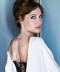 ― Angelina Jolie( 「Our school is getting shut down for 3 weeks because of the corona virus 😭😭」 Fotos Da Angelina Jolie, Angelina Jolie Divorce, Angelina Joile, Angelina Jolie Pictures, Jolie Pitt, Le Jolie, Katarina League Of Legends, Angeles, Pose