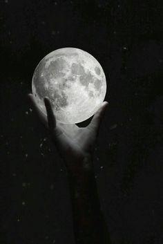 Kapkara büyürken, Geceler derinden  Canımı içimden, Alıp giden hey  Ay gidiyor, Güllerim kanıyor, Gün yüzünü dönüyor  Ay gidiyor, Günlerim yanıyor, Gül yüzün dönmüyor