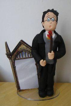 Topo de Bolo Harry Potter com o espelho do filme a Pedra Filosofal. No fechamento, favor informar o cep para entrega para o cálculo do frete, que é por conta do cliente. Obrigada! R$ 65,00