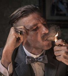 Everything about Peaky Blinders Haircuts are in this article. Thomas Shelby haircut, Arthur Shelby haircut, how to get them and more. Gangsters, Thomas Shelby Haircut, Peaky Blinder Haircut, Peaky Blinders Wallpaper, Men With Street Style, Billionaire Boys Club, Grand Tour, Gentleman Style, Dapper Gentleman