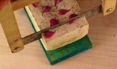 Jabón exfoliante con semillas de chia Handmade Soaps, Essential Oils, Home Made Soap, Deodorant, Soap Shop, Exfoliate Skin, Home Made, Soaps, Essential Oil Blends