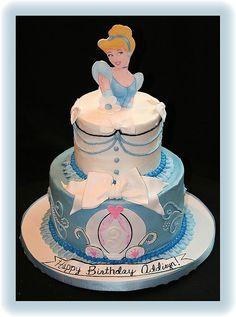 Cinderella Cake This is more like it! Disney Themed Cakes, Disney Cakes, Fancy Cakes, Cute Cakes, Cupcakes Princesas, Cinderella Birthday, Cinderella Cakes, Aniversario Peppa Pig, 3rd Birthday Cakes