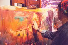 Las manos de la artista también intervienen.