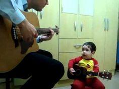 かわいいい。2歳児がパパと一緒にギターで「Don't let me down」を歌ってみた。