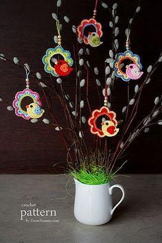Ravelry: A Little Crochet Bird Sitting On A Wreath - Ornament pattern by zoom yummy
