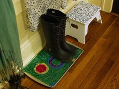 DIY boot tray for your mud room, using mardi gras beads! Crafts To Make, Fun Crafts, Junk Gypsies Decor, Boho Glam Home, Diy Jewelry Projects, Mardi Gras Beads, Beaded Curtains, Craft Night, Space Crafts