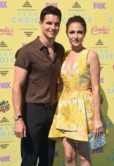 Pin for Later: Le Soleil — et les Stars — Étaient de Sortie Pour les Teen Choice Awards! Robbie Amell et Italia Ricci