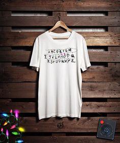 Camiseta Stranger Things Happens, da marca Not Ordinary;